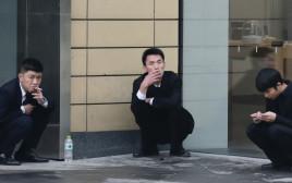עובדים מעשנים מחוץ לבניין משרדים, אילוסטרציה