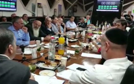 ראש עיריית בת ים יוסי בכר במהלך ישיבה