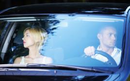 זוג עצוב באוטו