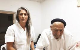 אסמא אג'אווי עם המטופל מנחם ניסים