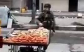 חייל תועד כשהוא לוקח תפוחי אדמה מדוכן של פלסטיני בחברון
