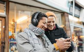 אנשים מקשיבים למוזיקה ב-deezer
