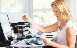 אישה יושבת מול המחשב, אילוסטרציה