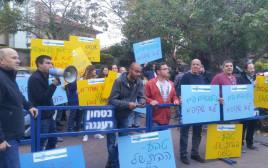 עובדי טבע מפגינים מול ביתו של חמי פרס