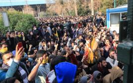 סטודנטים איראניים מפגינים בטהרן