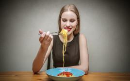 אישה אוכלת ספגטי, אילוסטרציה