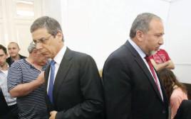 דני אילון עם ליברמן בבית המשפט