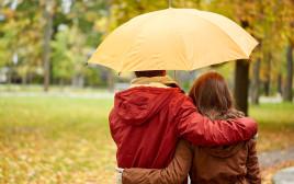 זוג מתחבק בגשם, אילוסטרציה