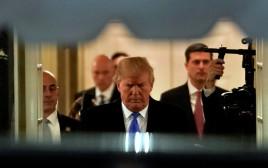 טראמפ יוצא מהבית הלבן