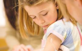 ילדים מקבלים חיסון תמונת אילוסטרציה