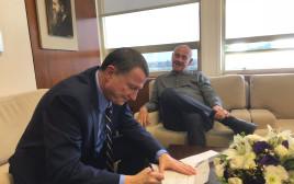 """ח""""כ יעקב פרי מגיש את התפטרותו ליו""""ר הכנסת"""