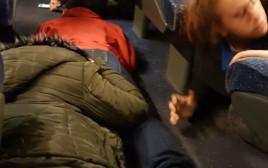 נוסעים ברכבת בעת אזעקת צבע אדום