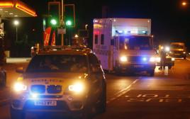 אמבולנס וניידת משטרה בבריטניה