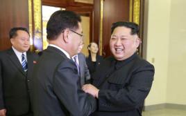קים ג'ונג און ונציגי דרום קוריאני בפיונגיאנג