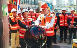 השר ישראל כץ ונציגי חברת CRTG הסינית, עם תחילת שלב החפירות בקו האדום