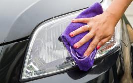 אישה מנקה רכב, אילוסטרציה