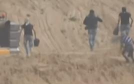 """פלסטינים מתקרבים לכלי הנדסי של צה""""ל"""