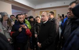 הנשיא פוטין מבקר את משפחות הקורבנות באסון השריפה