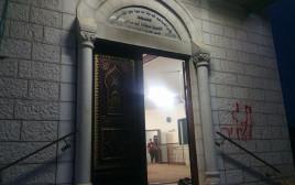 כתובות על קירות המסגד