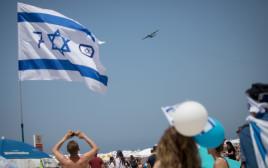 ישראלים צופים במטס