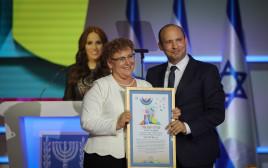מרים פרץ מקבלת את פרס ישראל