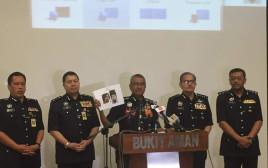 משטרת מלזיה מציגה את תמונת החשוד