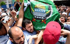 אבלים נושאים את גופתו של פאדי אל בטאש במלזיה