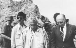 ראש הממשלה מנחם בגין ושר הביטחון אריאל שרון יורדים מהבופור 07.06.82