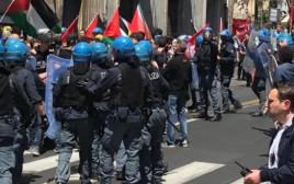 השוטרים האיטלקים עוצרים את ההפגנה בקטאניה
