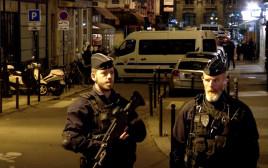 שוטרים בזירת הפיגוע בפריז