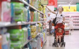 אישה קונה מוצרים לתינוקות