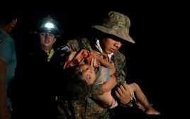 ילד מכוסה באפר וולקני בגואטמלה