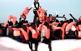 """חילוץ פליטים מהים ע""""י אקווריוס"""