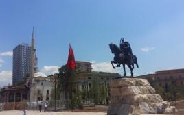 פסל סקנדרברג בטיראנה