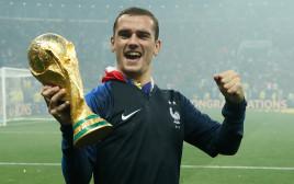 גריזמן מנופף בגביע העולם