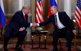 טראמפ ופוטין לוחצים ידיים בתחילת הפסגה