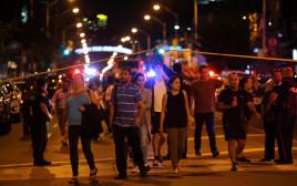 אנשים נמלטים מזירת הירי בטורונטו
