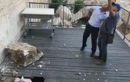 ראש העיר ניר ברקת במקום נפילת האבן בכותל