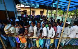 תושבים ממתינים בתור על מנת לבדוק האם שמם מופיע ברשימה