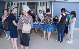סטודנטים מגישים מועמדות לקבלת מלגות מפעל הפיס