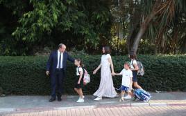 משפחת בנט בדרך לבית הספר