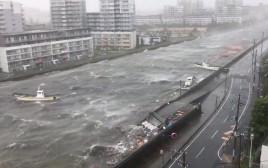 סירות צפות בנהר במהלך הטייפון ג'בי ביפן