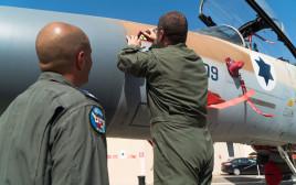 """הטבעת סמל """"מחוץ לקופסא"""" על מטוס F-16"""