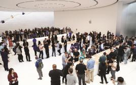משתתפים בהשקת הדגמים החדשים של האייפון