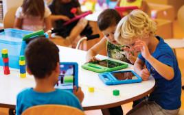 ילדים לומדים עם טאבלט
