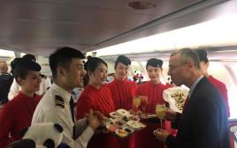שר התיירות יריב לוין עם צוות סצ'ואן איירליינס