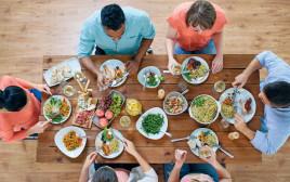 משפחה יושבת מסביב לשולחן, אילוסטרציה