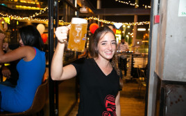 חוגגת עם בירה