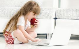 ילדה משחקת במחשב