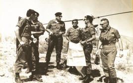 רחבעם זאבי (גנדי) בתדרוך קצינים בשטח